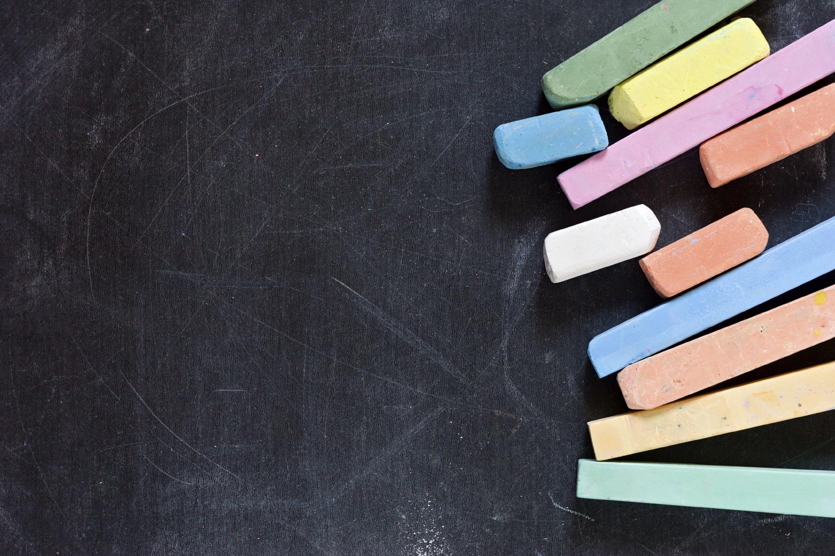gessetti colorati su lavagna